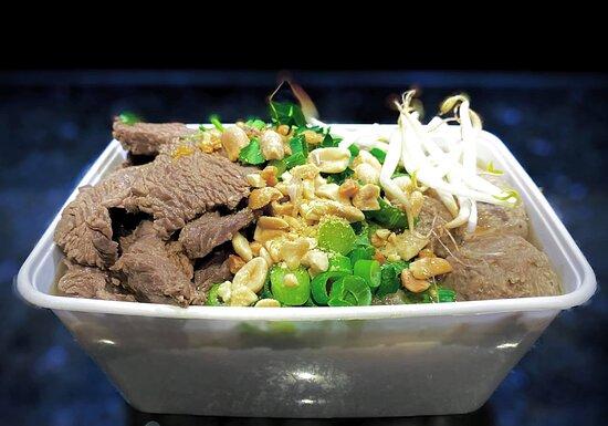 :: Kauy Tiew Neau Loek Chin :: Thais noedels soep met rundvlees en rundballetjes.