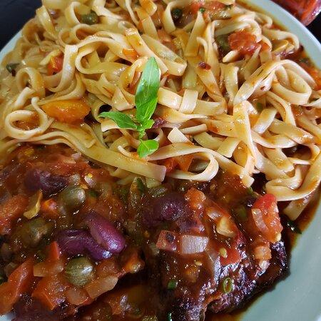 Taua, CE: Steak de filé com fettuccine ao molho de tomate e azeitonas pretas 