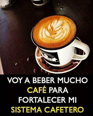 Beber mucho café...