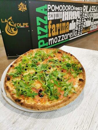 Volpiano, Olaszország: Pizza bianca brie salmone rucola gocce di aceto balsamico