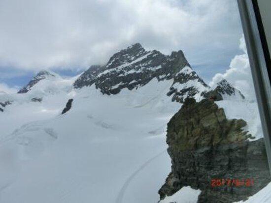 Jungfraujoch-Top of Europe train ticket: ユングフラウ、アレッチ氷河、プラトーテラスのスイス国旗