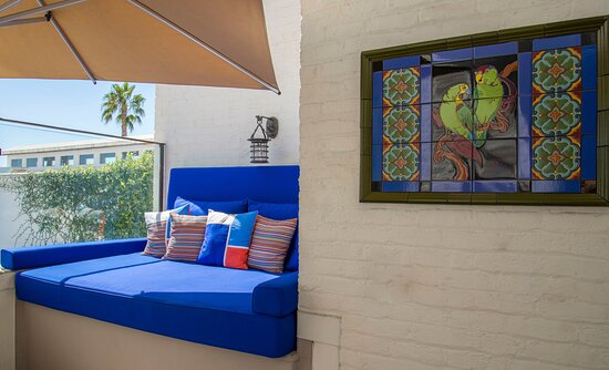 Awash in relaxing blue: our outdoor lounges beckon you.