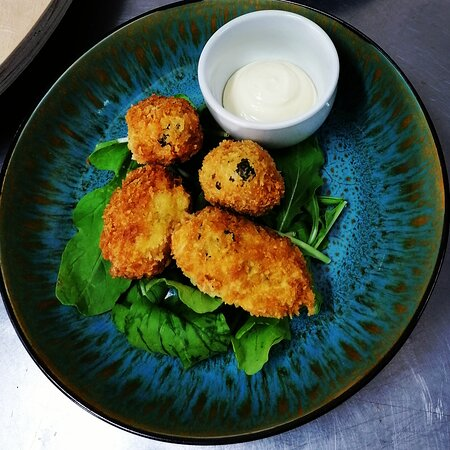 Crunchy jalapeno poppers served with our garlic mayo. Choose your own filling.