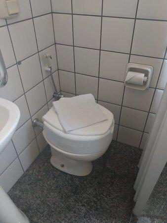 APARTAMENTO ADAPTADO PARA PESSOAS COM POUCA MOBILIDADE O nosso Hotel tem toda a preocupação em poder acomodar a todos os públicos, por isso adaptamos um apartamento para pessoas com pouca mobilidade, com todos os cuidados e conforto que os mesmos precisam. - Dormitório acessível - Assento do vaso sanitário elevado - Assento dobrável de banho para parede - Cabideiro extensível - Barras de apoio no banheiro - Box com cortina - Ar condicionado Split - TV LCD - Frigobar etc...