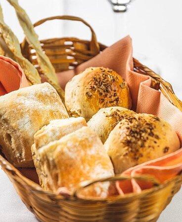 Nosso Couvert um pouco mais de pertinho!  Uma cesta de pães italianos artesanais feitos pela nossa Chef Elisabeth, servidos bem quentinhos!  Temos uma ciabatta sovada com alecrim e azeite, pão feito de cerveja artesanal de trigo [weiss bier] e grissinis de gorgonzola e parmesão. Acompanham uma manteiga especial, azeite temperado com pimenta rosa e alecrim e um patê de fígado com ervas.