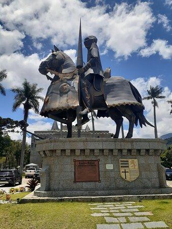 Monumento do Cavaleiro Medieval que fica em frente ao Castelo de Itaipava
