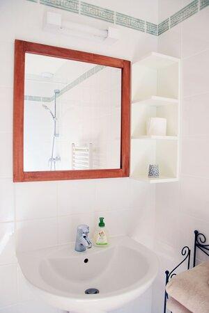 Toutes nos chambres disposent d'une salle de bain avec douche. WC séparés.