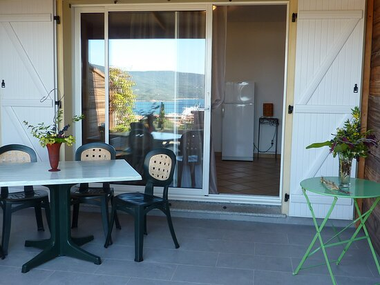 terrasse aménagée - transats- table/chaises/barbecue vue panoramique mer