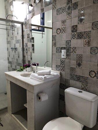 Banheiros com bancada e água quente na pia.  Sistema central de água quente