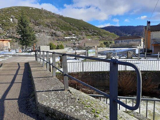 Lario, Испания: Puente al lado de la central de Telefónica