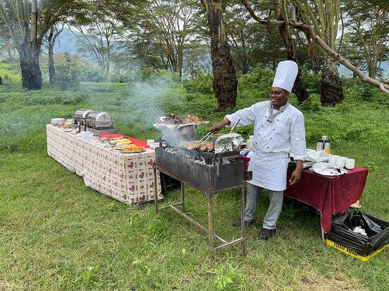 Tanzania safari (4-day): Большинство компаний предлагают на обед просто бутерброды, а для нас организовывали настоящий горячий выездной обед в парке