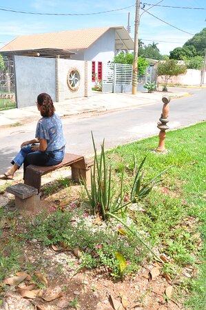 Caceres, MT: Passeio Artístico  Totem em Cerâmica de Ita Ceramista na Rua Dom Aquino, 180, ao lado do Figueirão, Centro