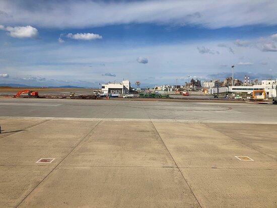 コロナ過の真っ最中だったので空港内は空いていましたが、展望施設からの旅客機の離発着をのんびり眺めるには最高の場所♪