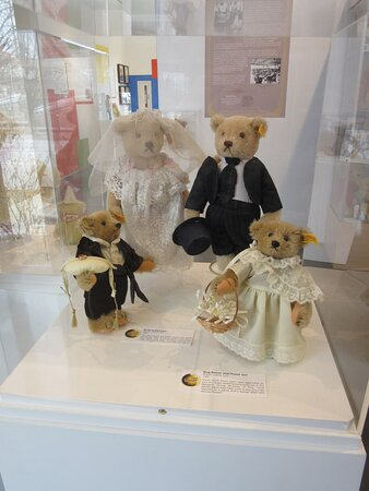 Field House Museum-Steiff Wedding Party Bears