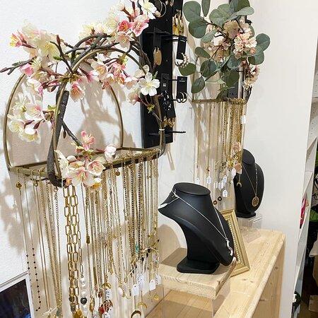 Bagues, colliers, boucles d'oreilles, broches, bracelets, vous trouverez forcément les bijoux de vos rêves à L'appart des filles Sanary ;)