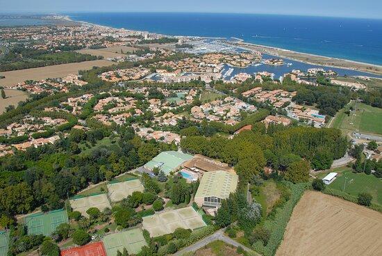 Le complexe sportif Grand Stade les Capellans est situé dans un cadre verdoyant, frais et ombragé en période estivale, à deux pas des commerces et restaurants, de la plage et de l'incontournable jardin des plantes de Saint-Cyprien.