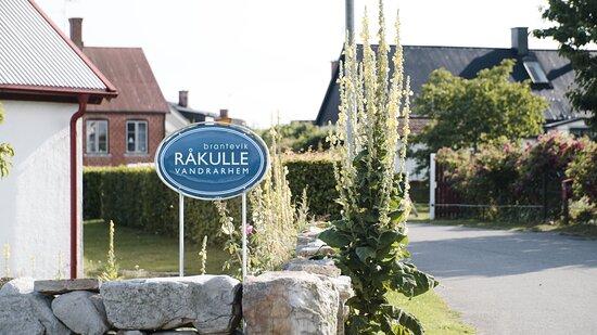 Vår entre ligger på Råkullavägen 7, precis vid skylten.