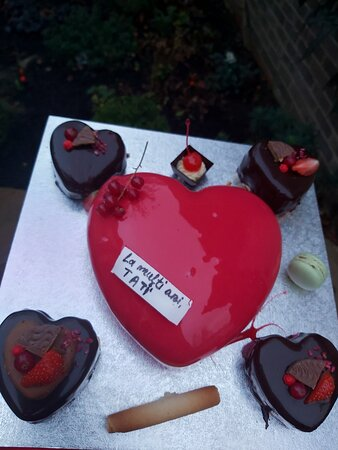 Kennington, UK: Chocolate and raspberry cakes