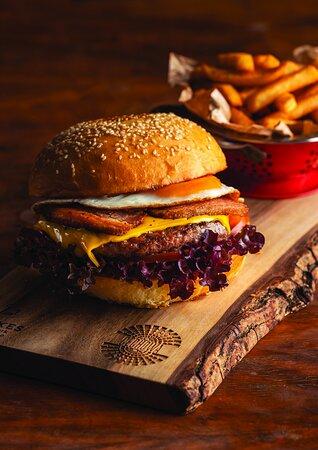 • ĆWIERĆFUNCIAK Z SEREM • sezonowana wołowina, bekon, jajko sadzone, ser cheddar, pomidor, sałata, sos musztardowo-majonezowy, ketchup, frytki, bułka naszego wypieku • 36