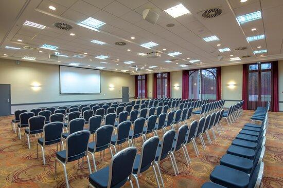 Salle de réunion, volume, ouverture possible sur l'extérieur, et sur l'atrium