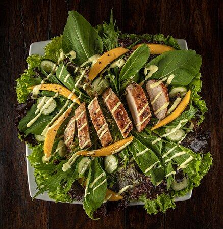Wicked - Filé de frango na chapa temperado com lemon pepper servido com manga e mix de folhas temperadas com molho de mostarda e mel
