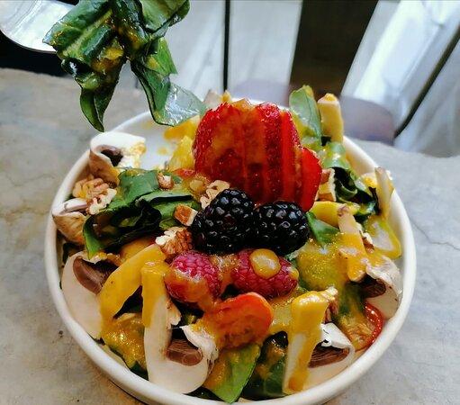 Ensalada de la casa, con provolone Ahumado, frutas de temporada, nuez y espinaca