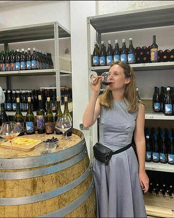 Bakhchisaray District: Дегустация. Программа длится 1 час. Вас ждёт, увлекательная экскурсия, все доступные позиции наших вин, закуски. Проводится от 2х человек, по предварительной записи, стоимость 1500руб. с чел.