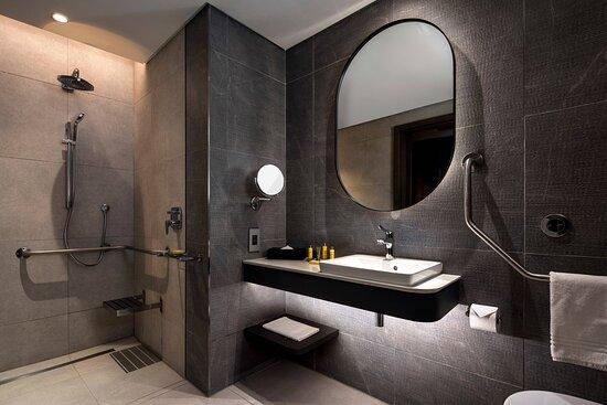 Deluxe Guest Room - Accessible Bathroom