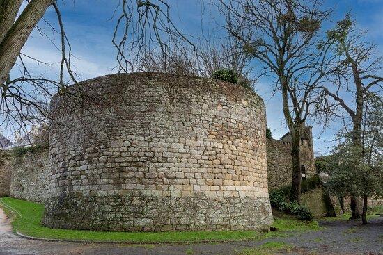 La Tour Saint - Julien est située sur les remparts de la ville historique de DINAN.