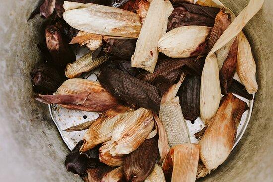 Para disfrutar al aire libre en nuestro patio, hemos preparado la selección más rica de nuestros tamales favoritos de la República... te va a encantar!! -Pib de Cochinita, en espejo de tarasca con xnipec y suprema de cítricos. -Envuelto de camarón y rajas, con botánicos de la Hacienda San Andrés en sopa de coco. -Petite zacahuil de cordero al curry, perfumado al zacate limón con ensalada de arúgula. -Corunda con tinga de setas en sopa de hongos -Tamal de pavo en gravy con manzana y stuffing