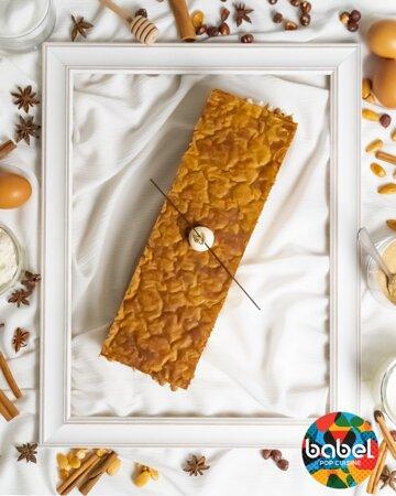Mille-feuille 2.0 Un feuilletage caramélisé à la perfection, la fraîcheur d'une crème mousseline vanille de Madagascar et la douceur d'un cœur caramel onctueux. Comment ne pas y résister ?