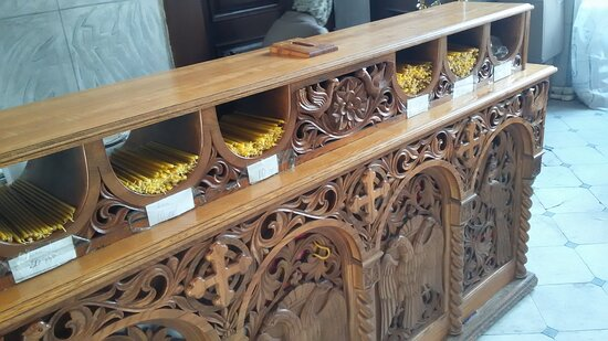 Стеллаж со свечами в Воскресенском соборе монастыря