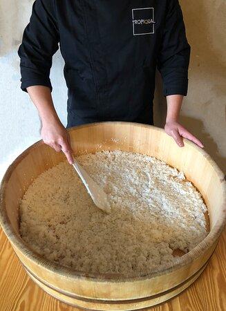 sushi man con hangiri preparando el arroz