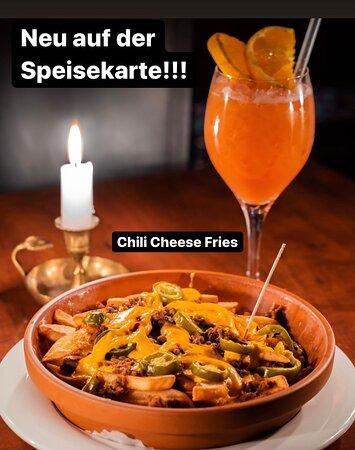 Chili Cheese Fries  Pommes mit Rinderhackfleisch, Jalapenoscheesesauce und Jalapenos überbacken