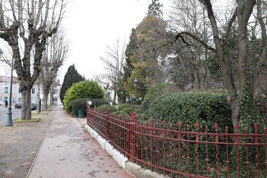 C'est le bastion Saint Martin ainsi que ses douves transformés en lieu de promenade