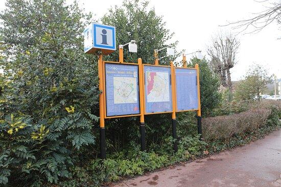 Le panneau d'informations, en face du square