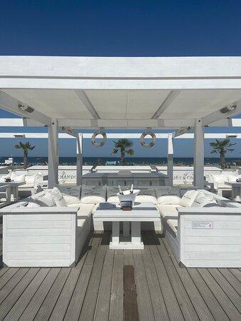 Der Beachbereich der Strandbar ist in der Hochsaison ein absolutes Highlight mit Moët-Lounge, Beachbetten und Liegestühlen zum Entspannen und Genießen.