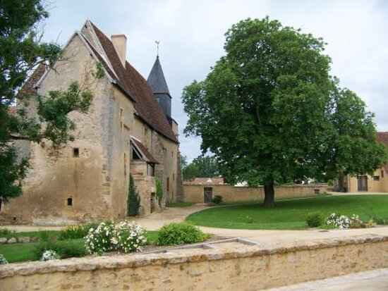Le Prieuré Saint-Michel. Vue 14. Le Prieuré et Son Jardin au Printemps. Le Magny 36400.