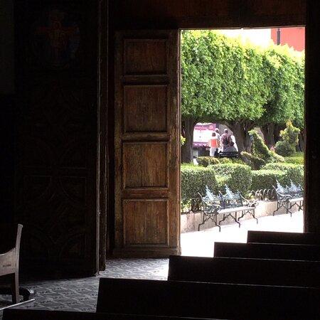 Сан-Мигель-де-Альенде, Мексика: Looking outside the entrance of Templo De SAn Fransisco