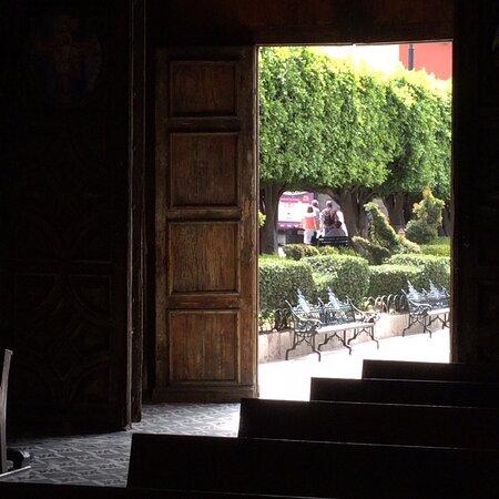 Сан-Мигель-де-Альенде, Мексика: Looking outside the entrance of the Church of San Francisco toward Calle Juarez