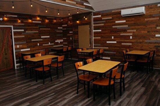 Ochre Pit Cove, Kanada: Cozy and inviting main floor dining area.