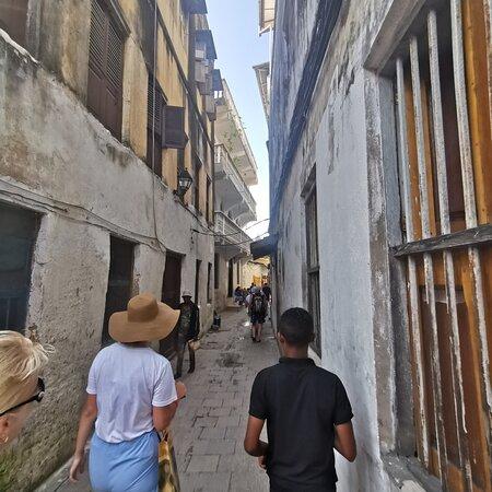 Stone Town, Tanzania: На узких улочках. On the narrow streets.