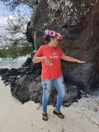 Excursion Tour de l'ïle avec Eléonore qui nous raconte avec passion les contes et légendes de son île, ici le rocher de l'Homme