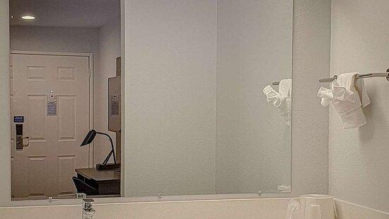 Motel Bellflower CA bathroom
