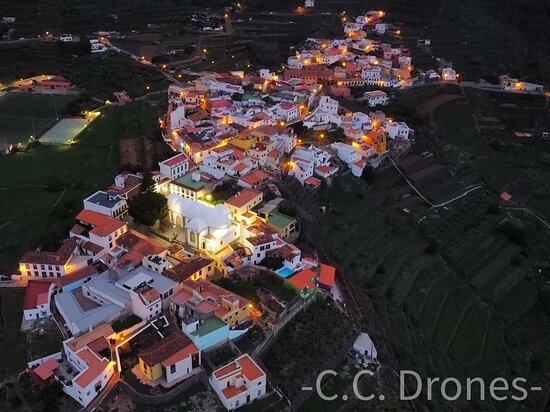 Pueblo de Agulo, Isla de la Gomera, toma desde el aire.
