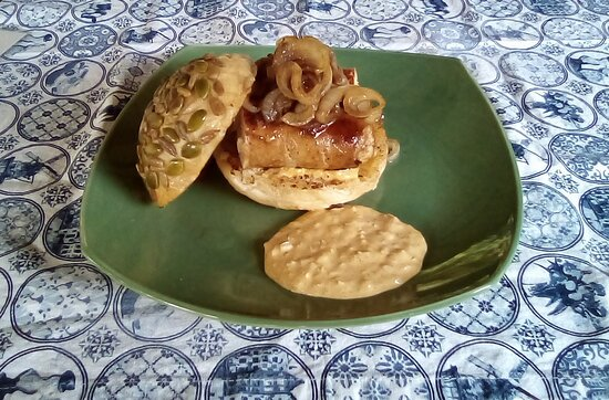 Song, Thaimaa: Cumberlsnd Sausage on a home made bun with caramrlized unions and Dutch curry Saus.