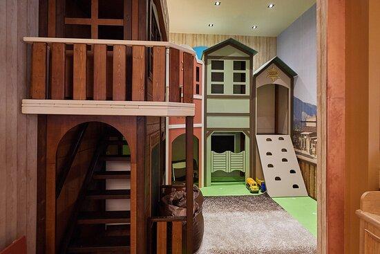 Для самых маленьких гостей всегда открыт детский клуб с аниматорами, мастер-классами и весёлыми играми.