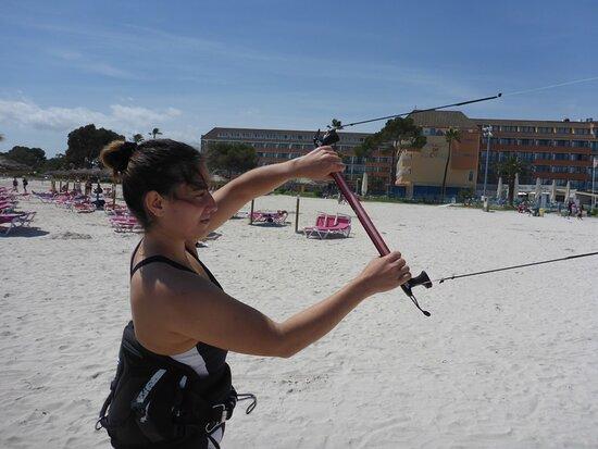 clases de kitesurf en Mallorca, practicando