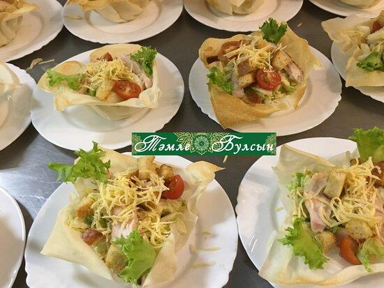 Очень вкусный салат! Наш шеф повар запекает вкусные тарелки под салыты, куриная грудка запечённая из свежих овощей.