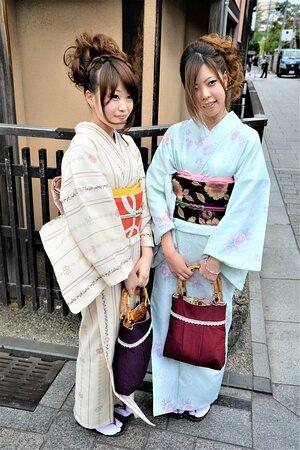Ragazze nel quartiere di Naramachi - Nara - Giappone. Cliccare sulla foto per vederla come scattata.